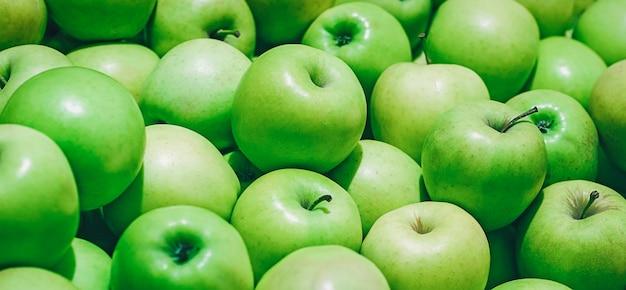 Maçãs verdes em uma pilha, fundo de frutas