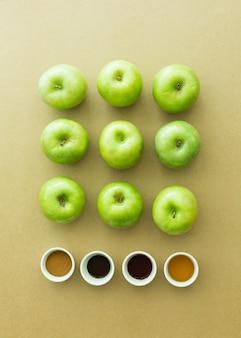 Maçãs verdes frescas e ingredientes em fundo de papel