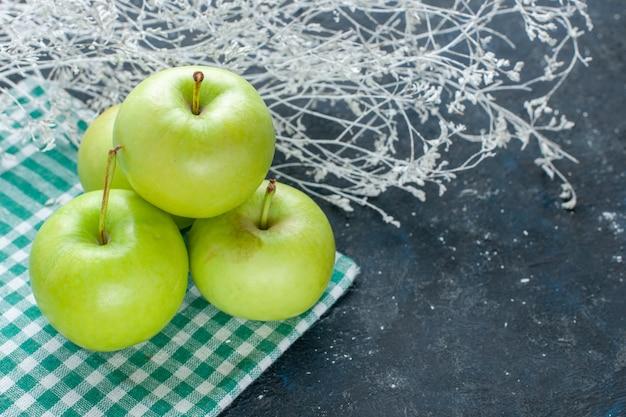 Maçãs verdes frescas suaves e azedas suculentas em azul-escuro, petisco com vitaminas saudáveis de frutas vermelhas