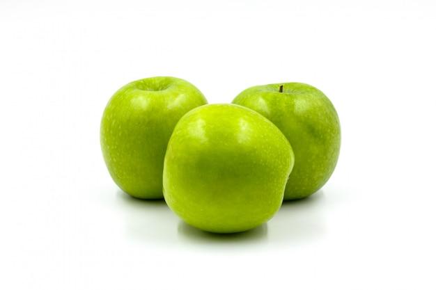 Maçãs verdes isoladas no fundo branco.