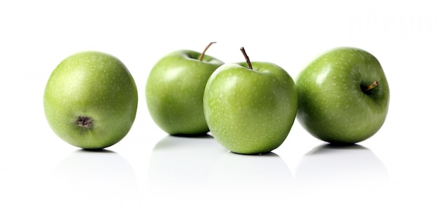 Maçãs verdes isoladas