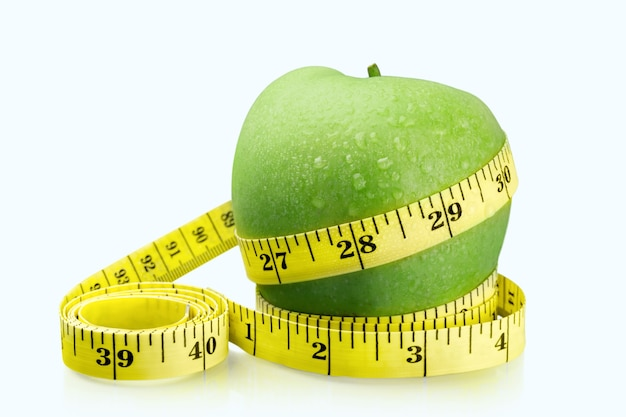 Maçãs verdes mediram o medidor em fundo claro