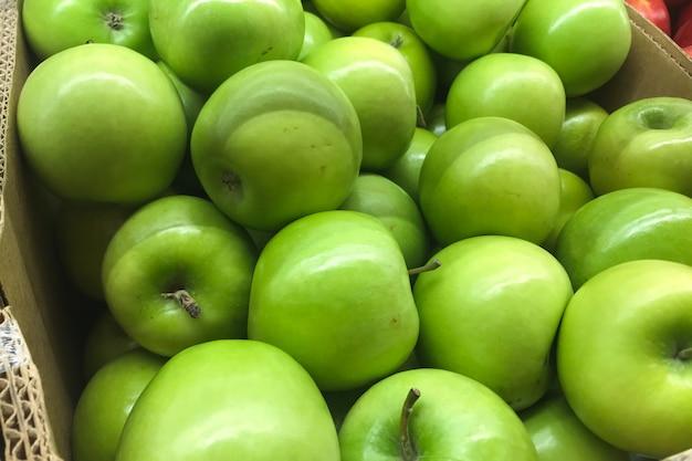 Maçãs verdes que são vendidas em supermercados