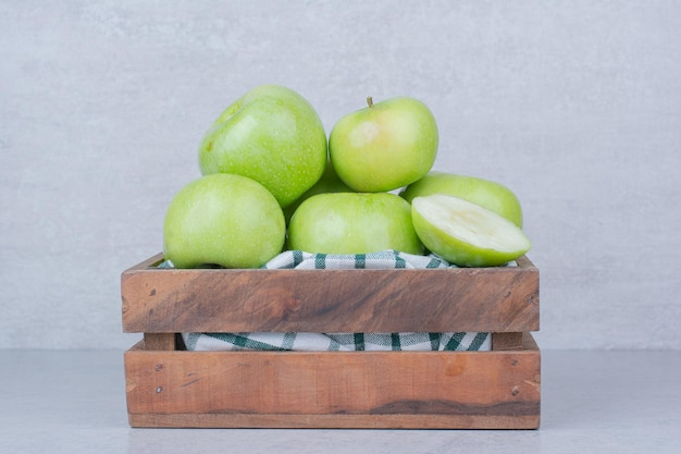 Maçãs verdes saborosas em cesta de madeira. foto de alta qualidade