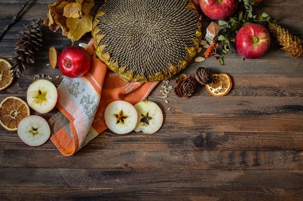 Maçãs vermelhas de outono vintage em fundo de madeira