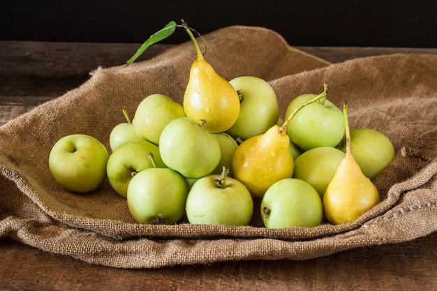 Maçãs vermelhas e verdes maduras na madeira. maçãs na tigela. frutas do jardim. frutas de outono. outono ha