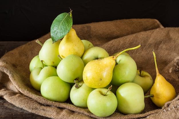 Maçãs vermelhas e verdes maduras no fundo de madeira. maçãs na tigela. frutas do jardim. colheita. vós