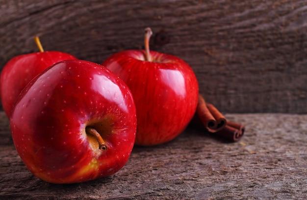 Maçãs vermelhas em um fundo de madeira