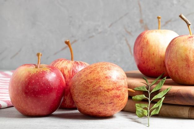 Maçãs vermelhas frescas na mesa. fruta orgânica saudável.