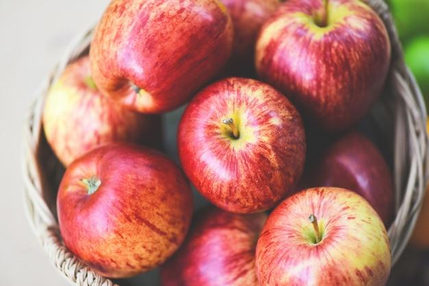 Maçãs vermelhas frescas pomar - colheita de maçã na cesta coletar frutas jardim