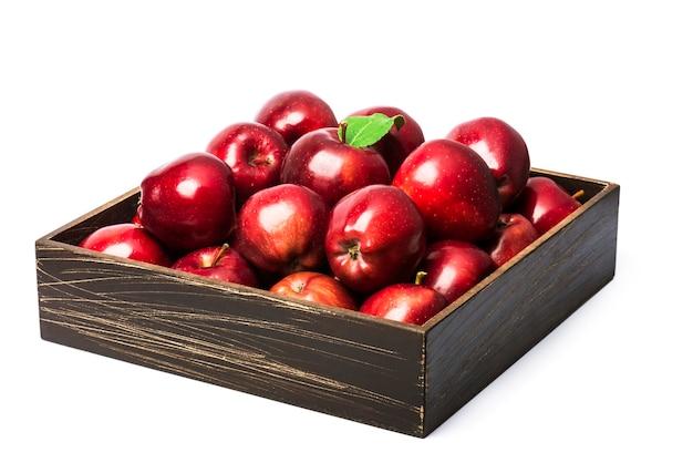 Maçãs vermelhas maduras em uma caixa de madeira