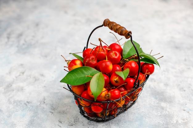Maçãs vermelhas maduras na cesta de armazenamento de alimentos