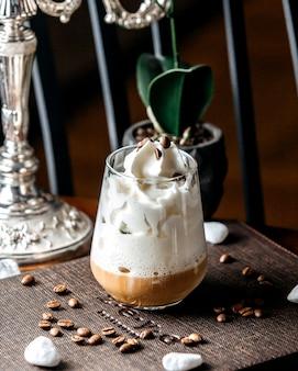 Macchiato de caramelo em cima da mesa