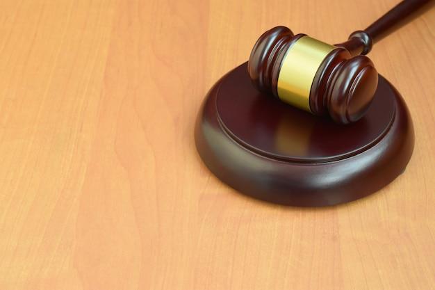 Macete de justiça na mesa de madeira em um tribunal durante um julgamento judicial