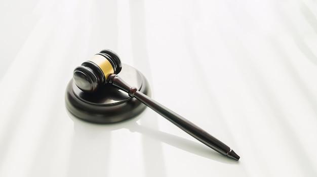 Macete de madeira do juiz, a lei na mesa branca