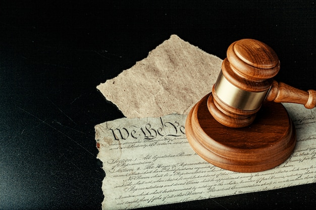 Macete de madeira marrom na declaração americana de independência
