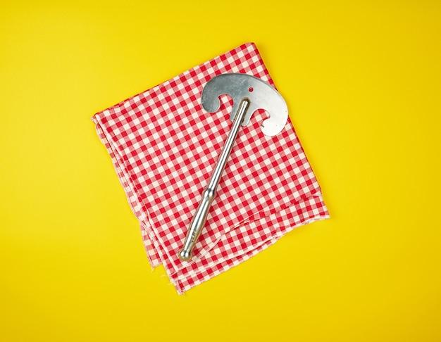 Machado de ferro velho para cortar carne ou legumes em fundo amarelo
