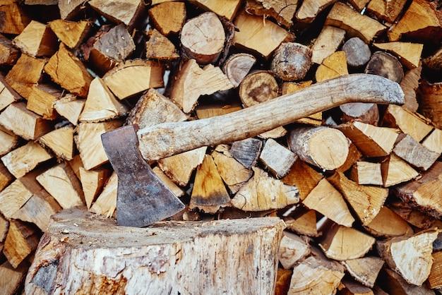 Machado em toco contra fundo de wirewood picado, close-up