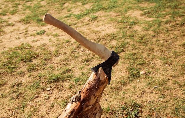 Machado grande em madeira de toras