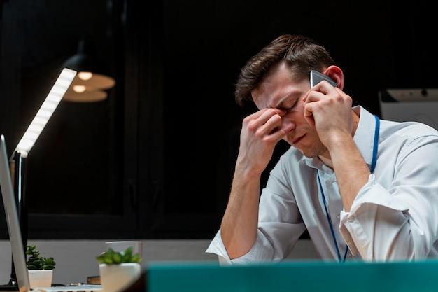 Macho adulto cansado depois de trabalhar à noite