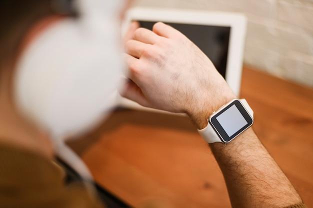 Macho adulto close-up com relógio inteligente