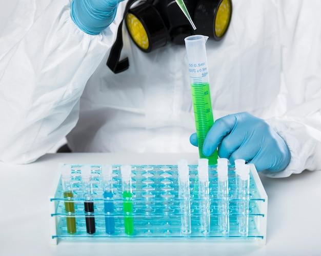 Macho adulto close-up, tomando amostras médicas
