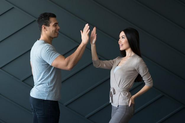 Macho adulto e jovem mulher pronta para mais cinco
