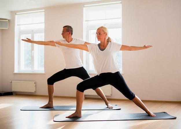 Macho adulto e mulher exercitando juntos