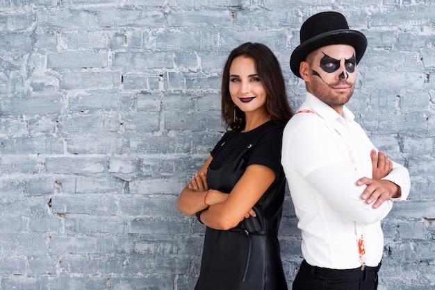 Macho adulto e mulher vestida para o halloween