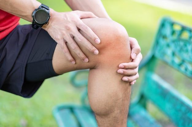 Macho adulto jovem com dor muscular durante a corrida