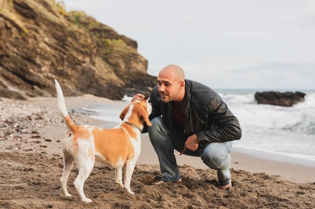 Macho brincando com cachorro