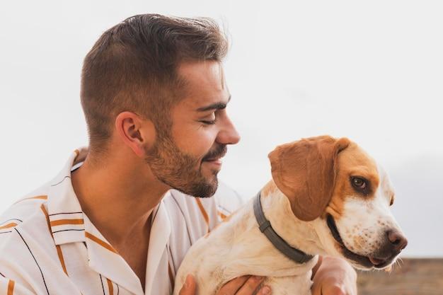 Macho com cachorro ao ar livre