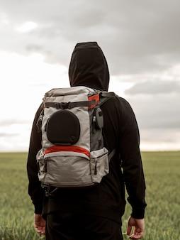 Macho com mochila de viagem