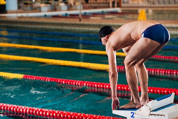 Macho de alto ângulo, preparando-se para nadar