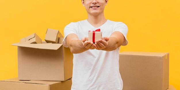 Macho de entrega close-up segurando pacote pequeno