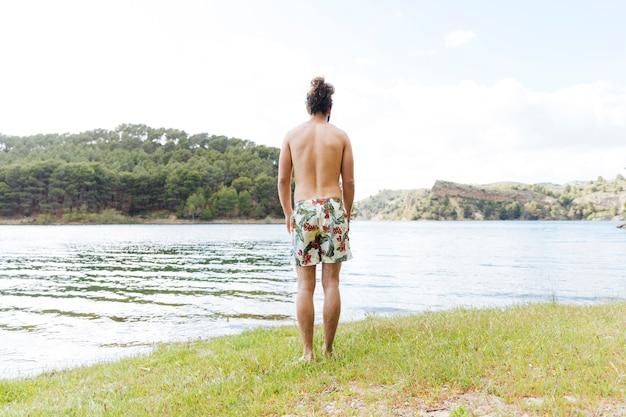 Macho, desfrutando, vista lago