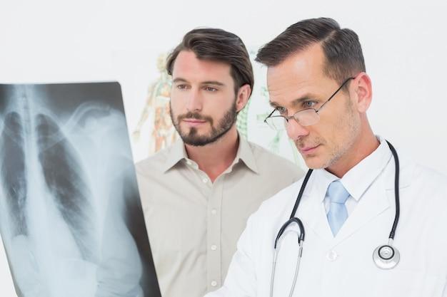 Macho, doutor, explicando, pulmões, xray, para, paciente