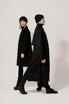 Macho e fêmea andando em direções diferentes