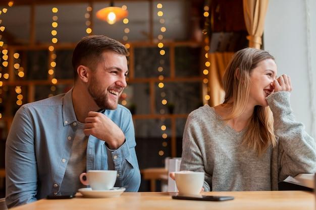 Macho e mulher no restaurante