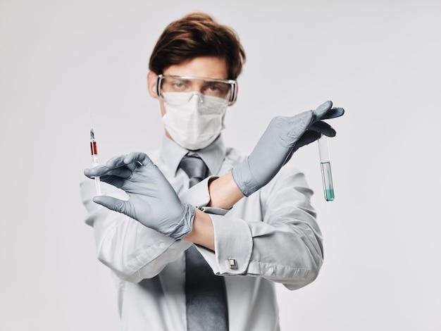 Macho em máscara protetora médico, gripe, exacerbação do vírus, coronavírus 2019-ncov