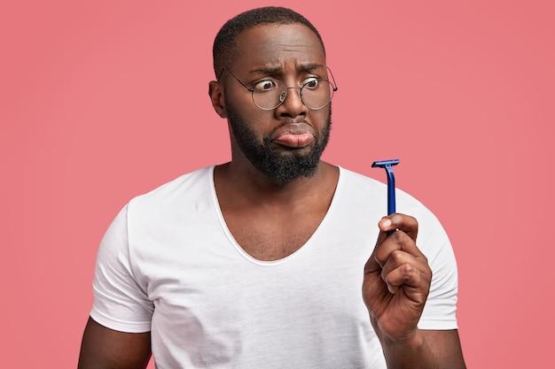 Macho gordo de pele escura surpreso com barba por fazer