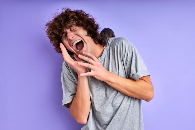 Macho grita com medo de rato decorativo isolado na parede roxa, macho sofre de musofobia