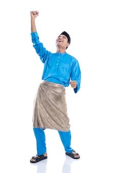 Macho malaio animado feliz levante a mão