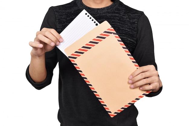 Macho mãos abrindo envelope marrom