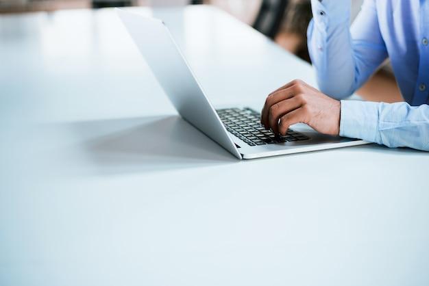 Macho mãos ou homens trabalhador de escritório, digitando no teclado
