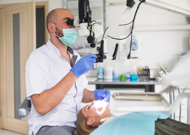 Macho, odontólogo, tratamento, canal raiz, de, femininas, paciente