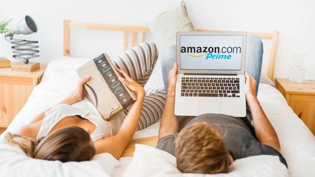 Macho segurando laptop e feminino com o envio