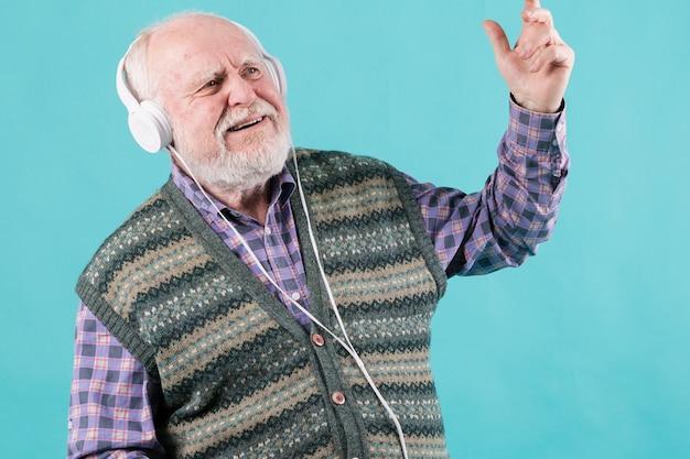 Macho sênior de retrato com fones de ouvido