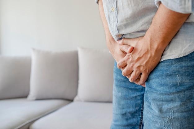 Macho sofrendo com dor no sistema urogenital. doença para homens.
