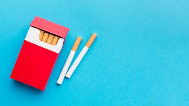 Maço de cigarros com cópia-espaço
